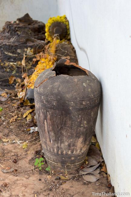Khmer-era pot at Ku Sampan Ka Khmer ruin