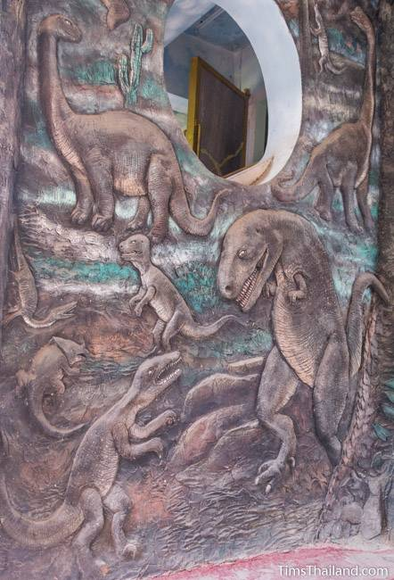 picture of dinosaurs on Wat Pho Nontan meditation hall
