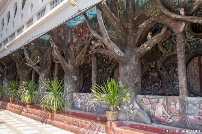 picture of tree-shaped pillars on Wat Pho Nontan meditation hall
