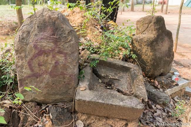 pedestal and stones at Prang Ku Ban Nong Faek Khmer ruin