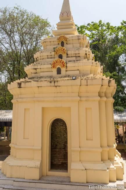 stupa at Wat Boon