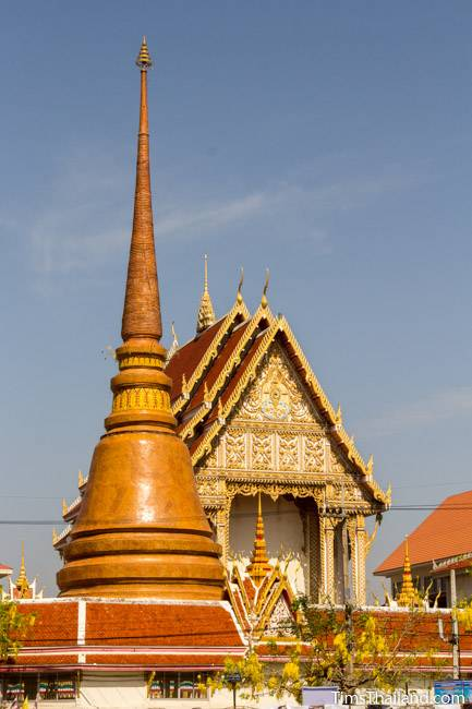 ubosot and stupa at Wat That