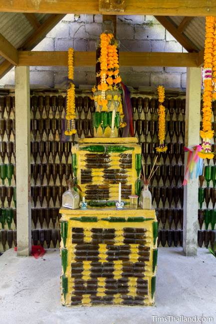 small shrine at Wat Khuat bottle temple