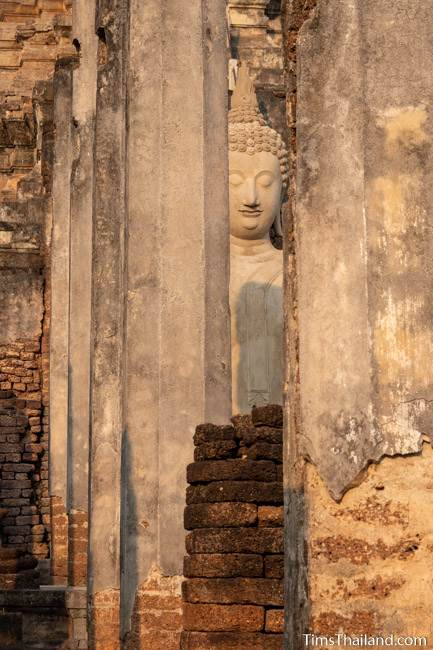 Buddha seen through pillars of front wihan