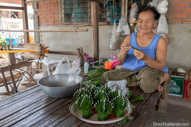 woman making bai sii