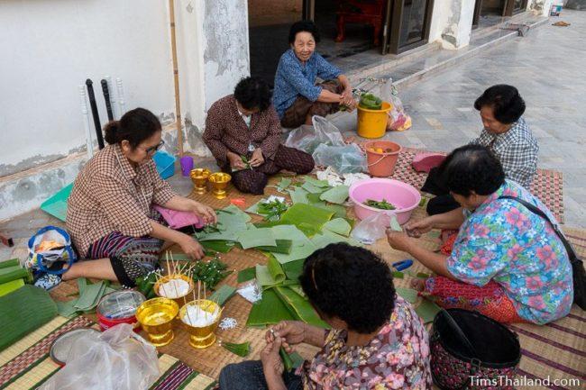 women making bai sii