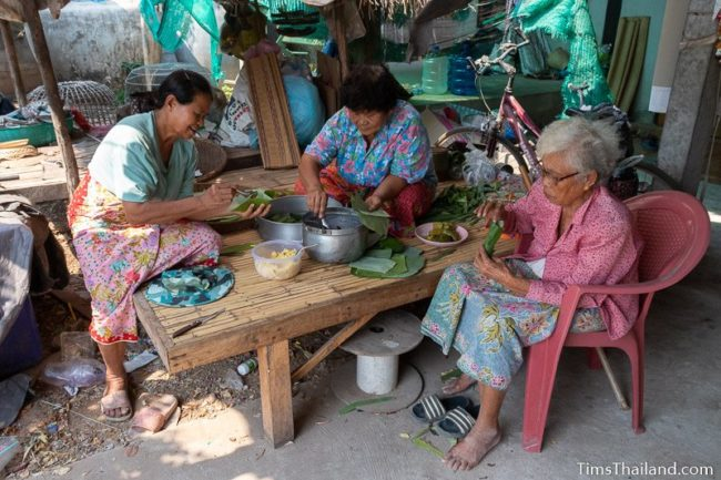 women making khao tom mat