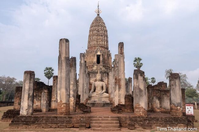 Buddha statue in front of corncob-shaped prang